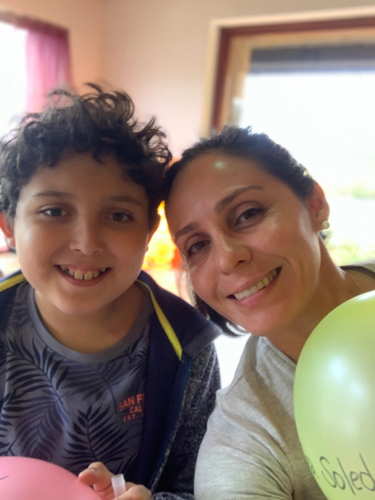 Santiago y Sandra Beltrán (madre e hijo) en Retiro Familiar de Acro Yoga, Cantabria-España, Noviembre 2019.